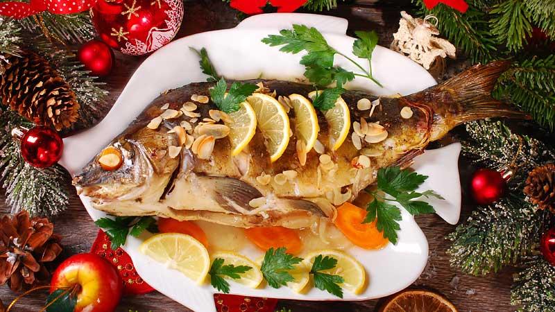 Weihnachtskarpfen mit Kartoffeln und Gemüse